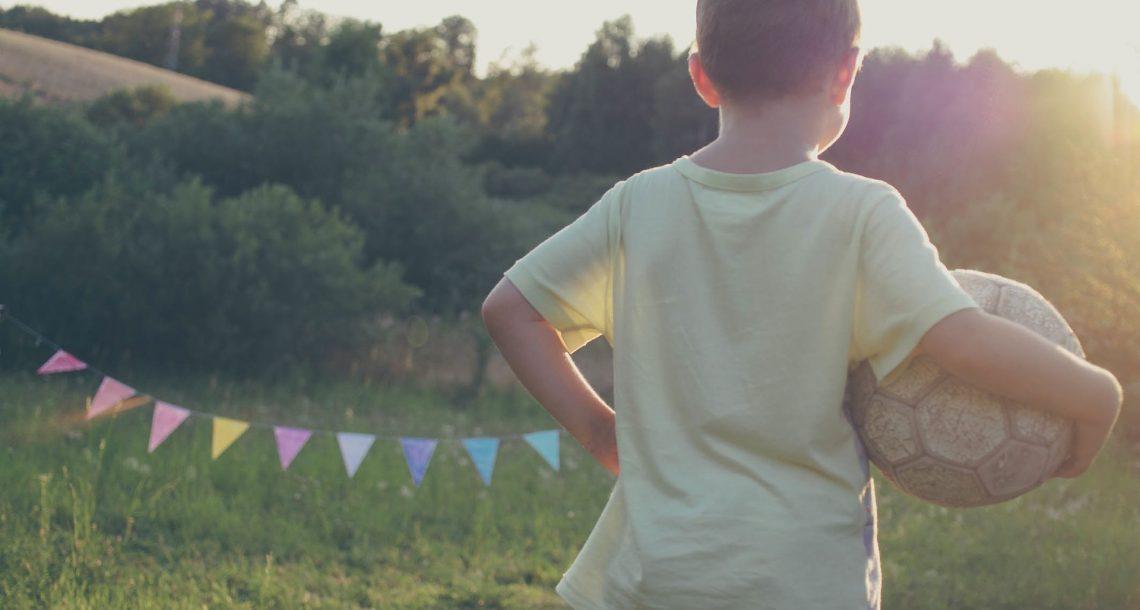 תני לו לשחק כדורגל עם החברים: הקשר בין ספורט להצלחה בלימודים